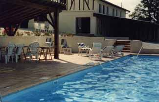 Piscine et meubles de jardin ,Garden, swimming pool,rosebushes